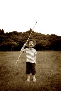 とんぼ取りをする少年の写真素材 [FYI03215798]