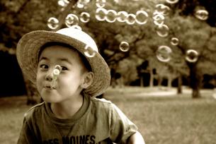 シャボン玉をする少年の写真素材 [FYI03215800]