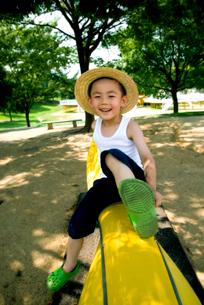 シーソーに乗る少年の写真素材 [FYI03215804]