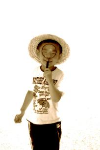 ルーペを覗く少年の写真素材 [FYI03215807]