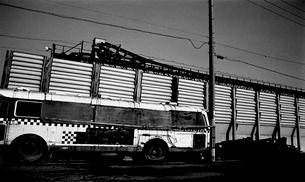 道路に廃棄されたバスの写真素材 [FYI03215811]