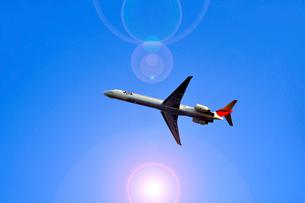 青空を飛ぶ旅客機の写真素材 [FYI03215818]