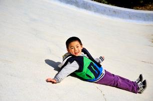 滑り台の上の少年の写真素材 [FYI03215838]