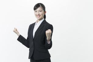 リクルートスーツの若い女性の写真素材 [FYI03215881]