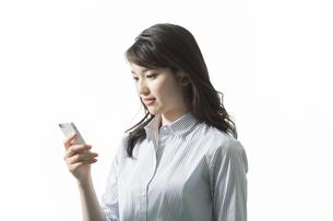 スマートフォンを見るビジネスウーマンの写真素材 [FYI03215901]