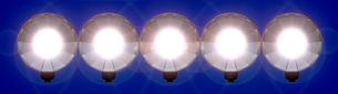 フラッシュ発光(青背景)の写真素材 [FYI03215903]