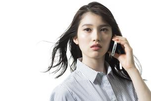 携帯電話で話すビジネスウーマンの写真素材 [FYI03215913]