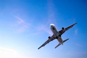 青空を飛ぶ旅客機の写真素材 [FYI03215916]