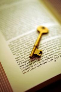 洋書の上の鍵の写真素材 [FYI03215918]