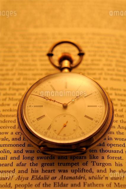 洋書の上の懐中時計の写真素材 [FYI03215931]