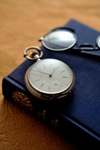 懐中時計と眼鏡の写真素材 [FYI03215933]