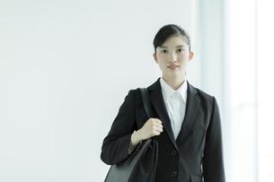 リクルートスーツ姿の若い女性の写真素材 [FYI03215936]