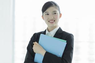 リクルートスーツ姿の若い女性の写真素材 [FYI03215947]