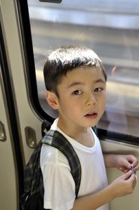 電車内の少年の写真素材 [FYI03215951]