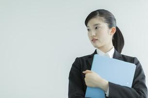 リクルートスーツ姿の若い女性の写真素材 [FYI03215956]