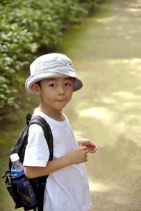 振り返る少年の写真素材 [FYI03215958]