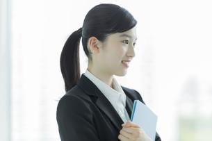 リクルートスーツ姿の若い女性の写真素材 [FYI03215959]