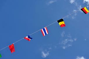 青空にはためく万国旗の写真素材 [FYI03215974]