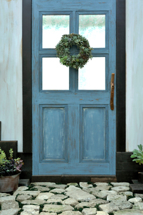 多肉種のリースを飾った玄関ドアの写真素材 [FYI03215988]