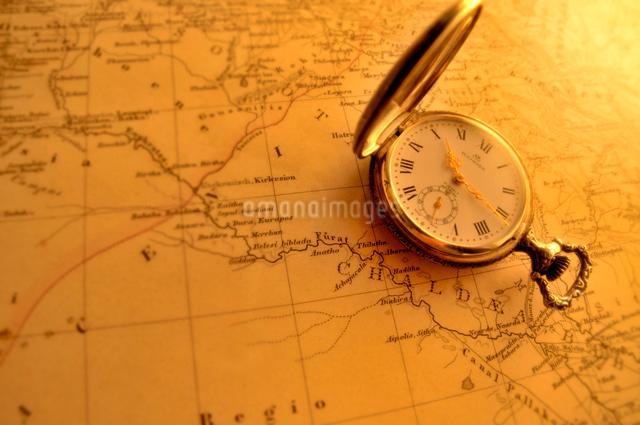 古地図と懐中時計の写真素材 [FYI03216028]
