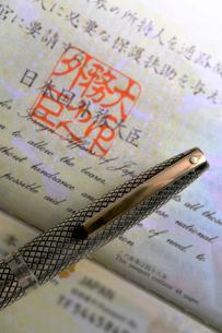 パスポートと万年筆の写真素材 [FYI03216052]