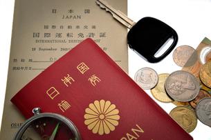 パスポートと国際免許証とキーとコインの写真素材 [FYI03216054]