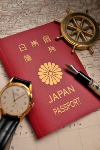 パスポートと腕時計と万年筆の写真素材 [FYI03216056]
