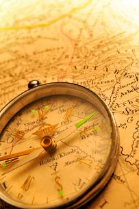 方位磁石と古地図の写真素材 [FYI03216061]