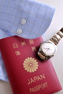 パスポートとシャツと腕時計の写真素材 [FYI03216066]