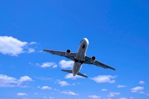 青空を飛ぶ飛行機の写真素材 [FYI03216083]