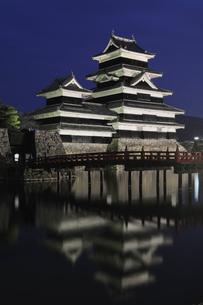 暗闇の松本城の写真素材 [FYI03216221]