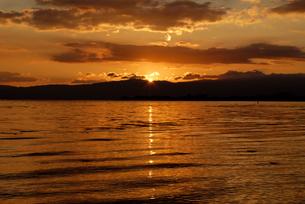 琵琶湖の夕日の写真素材 [FYI03216226]