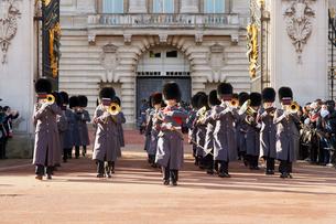 バッキンガム宮殿の衛兵交代式の写真素材 [FYI03216288]