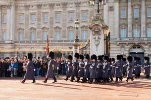 バッキンガム宮殿の衛兵交代式の写真素材 [FYI03216289]