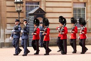 バッキンガム宮殿の衛兵交代式の写真素材 [FYI03216290]