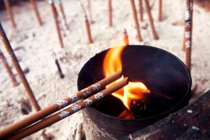 香炉と線香の写真素材 [FYI03216293]