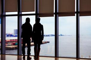大阪湾を望むカップルの写真素材 [FYI03216301]