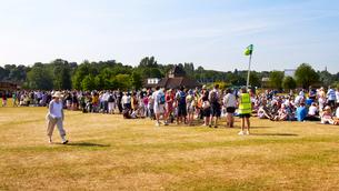 ウィンブルドンのチケット購入に並ぶ人々の列の写真素材 [FYI03216302]