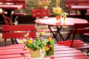 道端のカフェの赤いテーブルの写真素材 [FYI03216342]