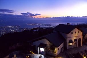六甲ガーデンテラスから望む神戸の夕景の写真素材 [FYI03216385]