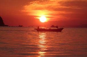日の出の海の写真素材 [FYI03216491]