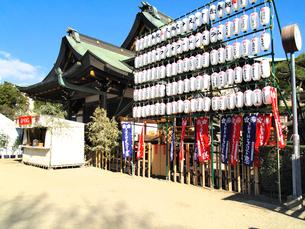 提灯と幟と神社の写真素材 [FYI03216593]