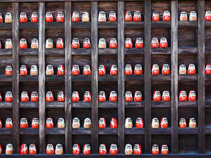 勝尾寺の勝ちダルマの写真素材 [FYI03216665]