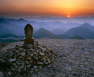 熊野古道小雲取越百間ぐらの夕陽の写真素材 [FYI03216872]