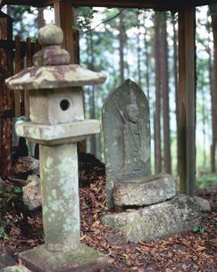 熊野古道伊勢路万才峠の桜地蔵の写真素材 [FYI03216936]