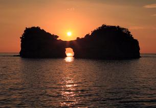 南紀白浜温泉円月島の夕陽の写真素材 [FYI03216995]