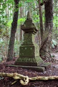熊野古道中辺路箸折峠の宝篋印塔の写真素材 [FYI03216998]