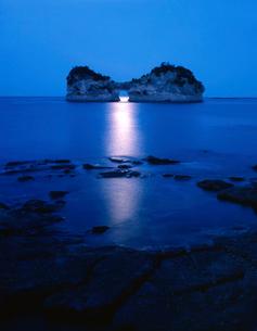 南紀白浜温泉円月島の月明りの写真素材 [FYI03217019]