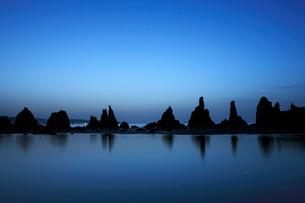 夜明けの橋杭岩の写真素材 [FYI03217058]
