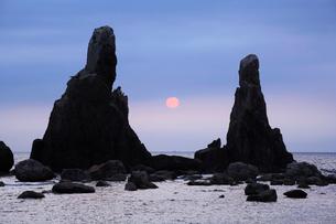 夜明けの橋杭岩拝岩の写真素材 [FYI03217065]